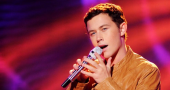 Scotty McCreery gets asked for autographs and photos while at college