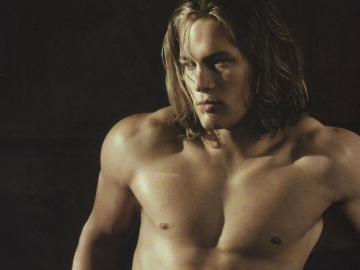 Travis Fimmel ready to surprise fans with his romantic si