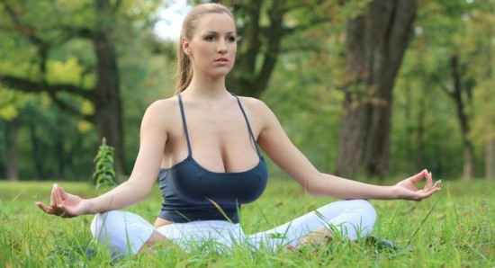 Jordan Carver's boobs get favored over her face