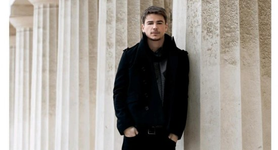 Josh Hartnett looking relaxed in black outfit