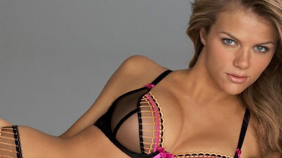 Brooklyn Decker asks fans for help with Christmas shopping