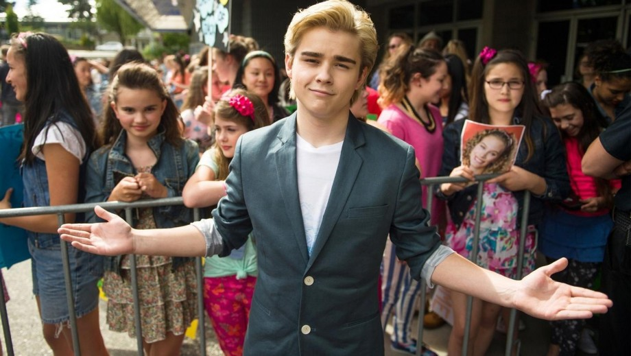 Dylan Everett talks playing Mark-Paul Gosselaar in The Unauthorized Saved by the Bell Story