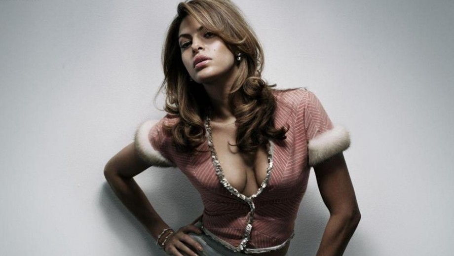 Eva Mendes has the attention of Zac Efron so look out Ryan Gosling