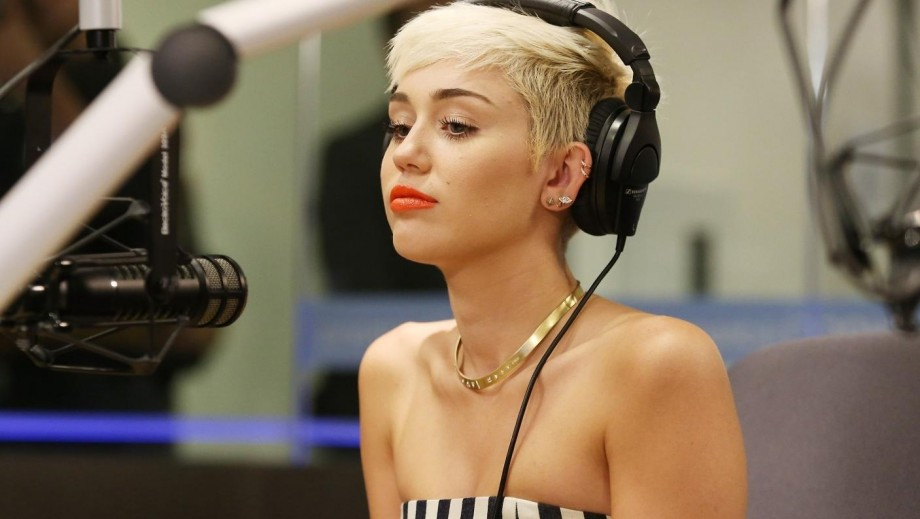 Miley Cyrus Photos: Singer Poses With Fan, Shows Off Body Necklace (PHOTOS)