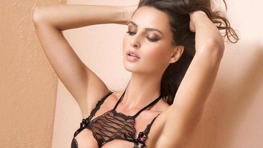 Model Catrinel Menghia gets fans laughing in Digi Mobil commercial