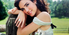 Jennifer Connelly in white dress makes superb showing as Vuitton star