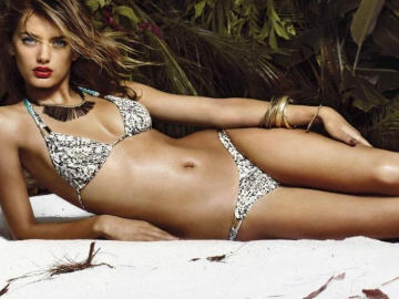 Bregje Heinen amazes fashionistas with her modelling of one-piece swimsuit