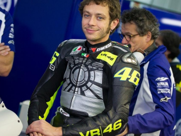 Valentino Rossi embracing of rivals challenge for MotoGP title captivates fans