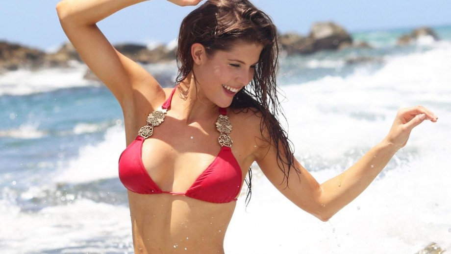 Amanda Cerny displays beauty and comedy prowess in banana-eating video