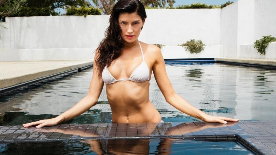 Beauty Nicole Williams 'rocks' sophisticated look for Cache clothing