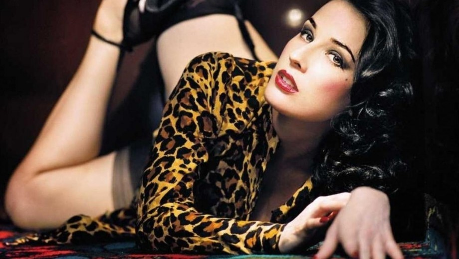 Dita von Teese reveals her body in new music video