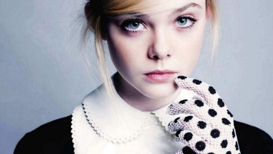 "Elle Fanning shocks & captivate fans with bloody ""Neon Demon"" movie photo"