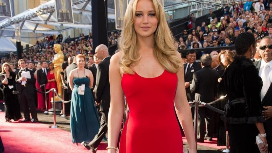 Jennifer Lawrence stumbles in Christian Dior on the Oscars 2014 red carpet