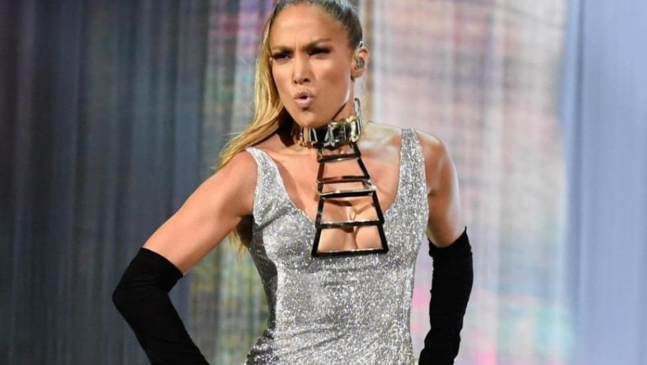 Jennifer Lopez shows off stunning abs in crop top for BodyLab commercial