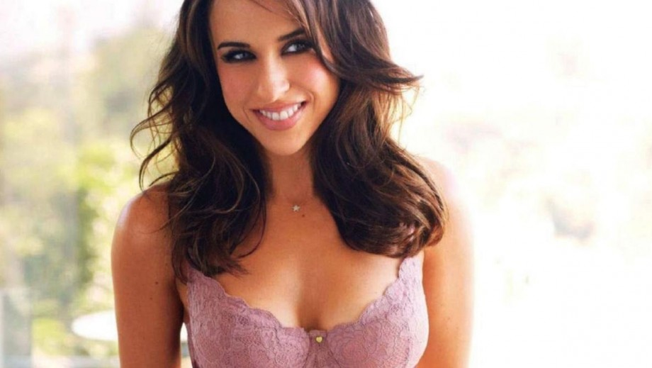 """Lacey Chabert joins """"Family Fortune"""" and in process keeps fans guessing"""