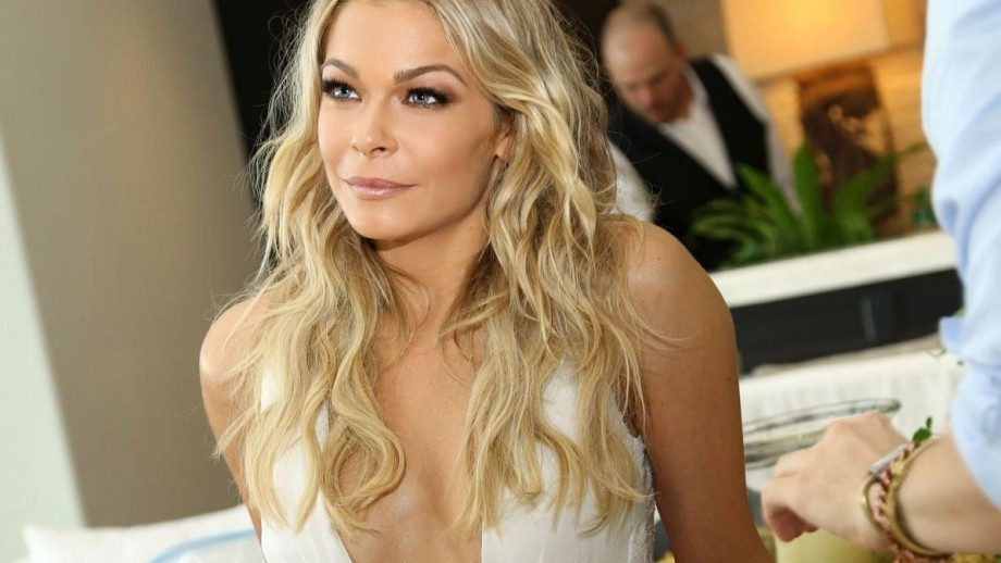 LeAnn Rimes' bikini body ignites interest in upcoming country music concerts
