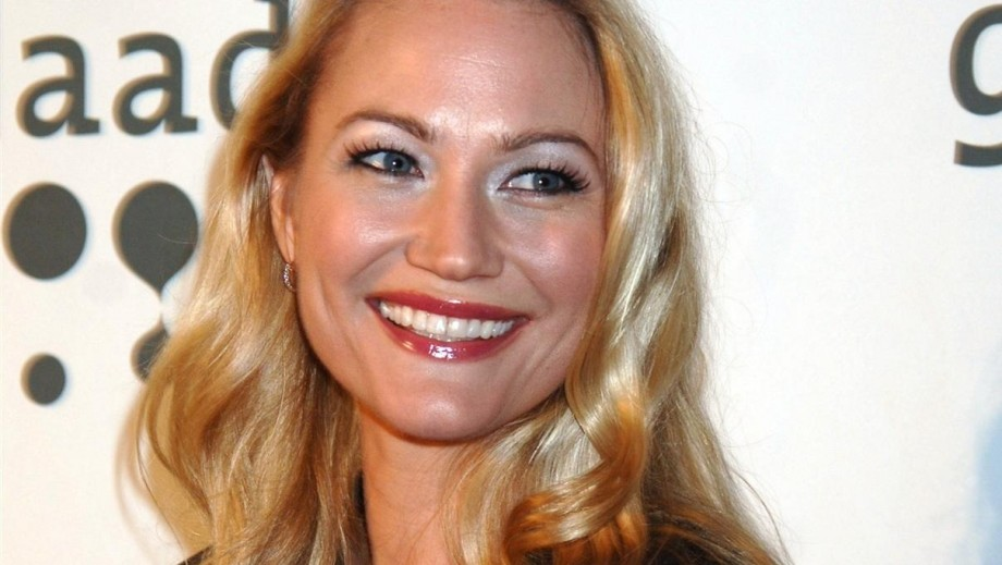 Sarah Wynter bounces back from 'split' with  tv series & new dates?