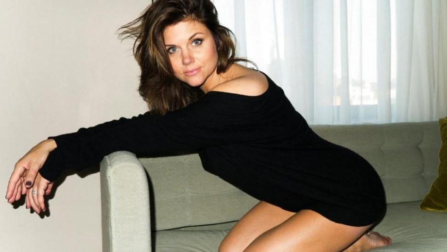 Tiffani Thiessen's legs remind fans why she is so popular as actress