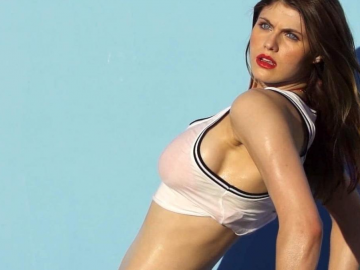Alexandra Daddario and Kate Upton WOW on The Layover red carpet