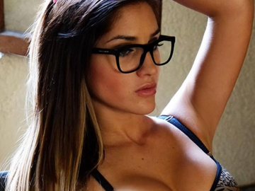 Andrea Cifuentes loves a sexy social media pic